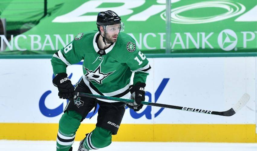 Vancouver Canucks sign centre Jason Dickinson to three-year deal
