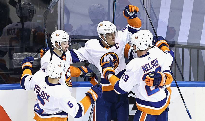Lee, Islanders banding together between games too